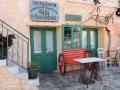 Areopoli, posedenie pred obchodom s potravinami.