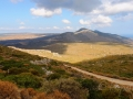Tiene nad krajinou. (Cesta ku kostolu Agios Georgios na Kythire.)