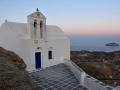 Kostol Agios Ioannis po západe slnka, Kastro, Serifos