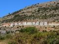 Výstavba nad Karavostasi síce zachováva architektúru Mani, no nepôsobí malebne.