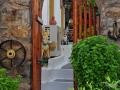 Bazalka a výzdoba domu v uličke pod pevnosťou v Koroni.