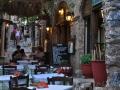 Monemvasia, ulička s tavernami a kaviarňami