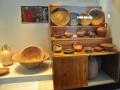 Pella, skrinka s jedálenskou keramikou