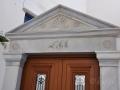 Pyrgos, Tinos - typický trojuholníkový štít nad vchodovými dvermi - pediment