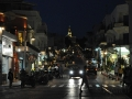 Tinos, Chora v noci a cesta vedúca ku Chrámu Panagia Evangelistria
