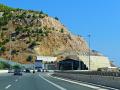 Diaľnica s tunelmi okolo zálivu Megaron.