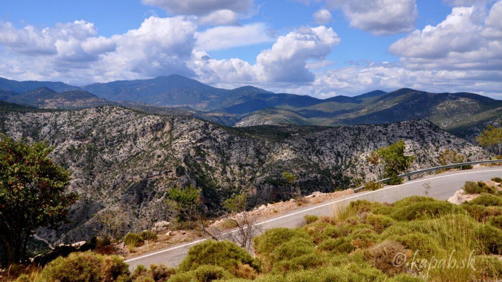 Hornatá krajina nad kláštorom Elonis medzi dedinami Leonidio a Kosmas.
