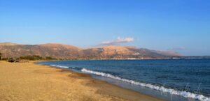 Pláž Neratziona pri hoteli Aquamarine, v diaľke Neapoli.